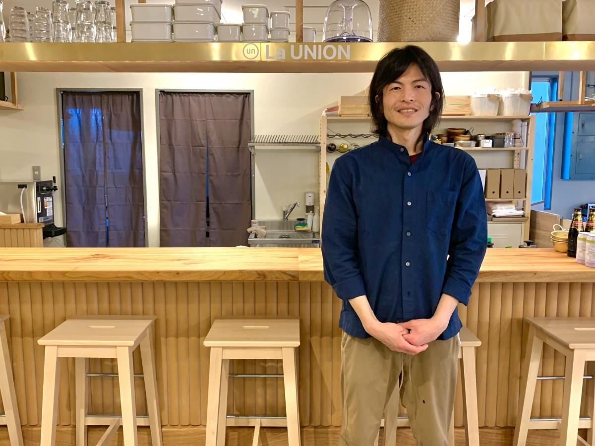 オープンをアピールする「La Union(ラ ウニオン)」店主の伊藤篤史さん