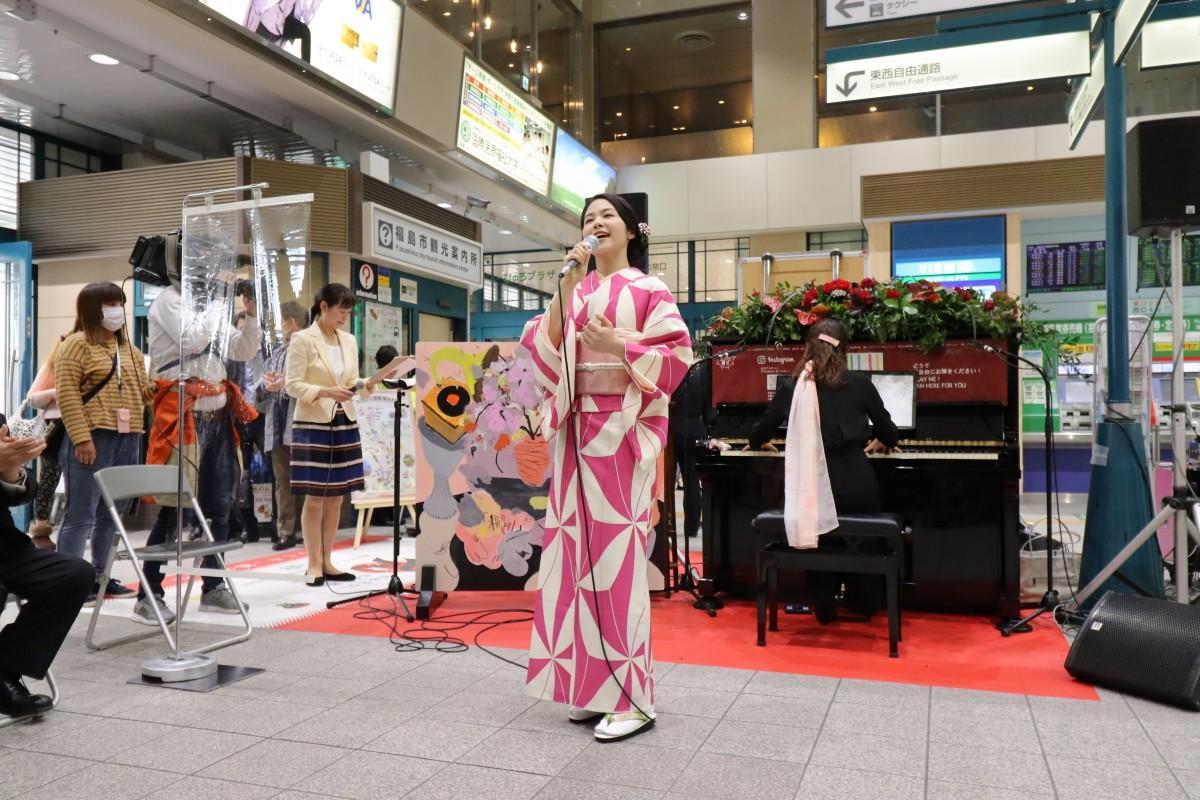 駅構内に設置されたストリートピアノ「福のピアノ」お披露目会で「栄冠は君に輝く」を披露した女優の井上希美さん