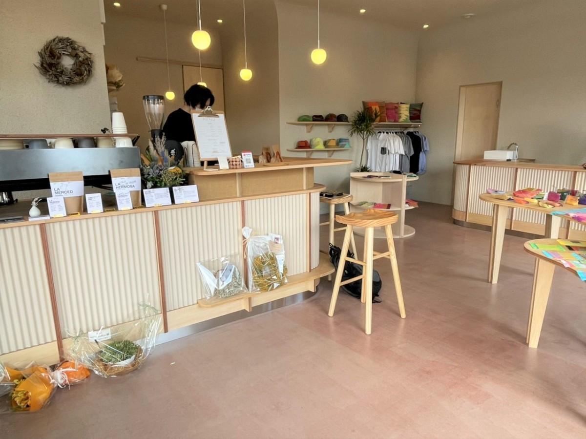 「calme coffee(カルムコーヒー)」の店内