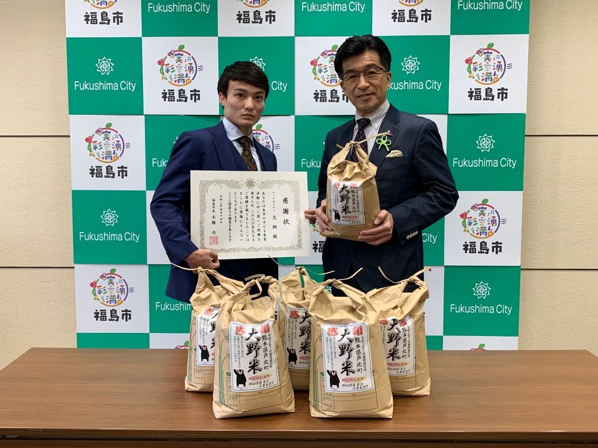 米を寄付したキックボクサーの志朗選手(左)と木幡浩福島市長(右)