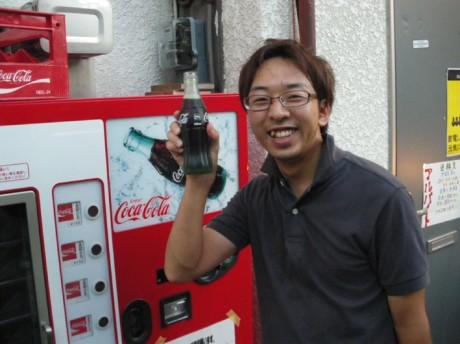 居酒屋「伊酒屋 喜や」店内に置かれているレトロな自販機
