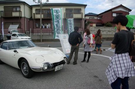「今見ても素晴らしいデザイン」と佐野社長。トヨタ2000GTが展示された。