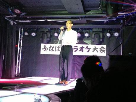 ライブハウスの音響でカラオケを熱唱する参加者
