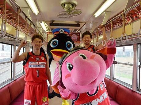 新京成電鉄のマスコット「しんちゃん」と千葉ジェッツマスコット「ジャンボ君」が駆けつけた(関連画像)