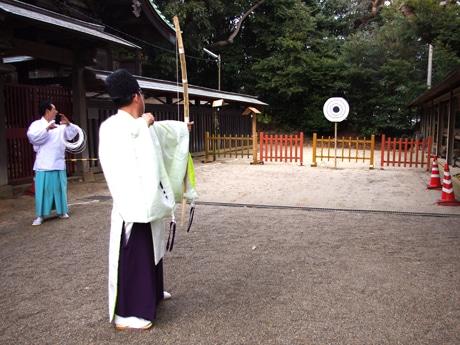 地元住民の手作りの弓矢で的を射つ様子