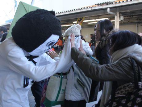 ファンと触れ合うご当地キャラ総選挙2013準優勝のオカザえもん