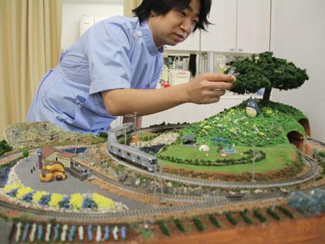 「電車好き」ではないのに、1年掛かりで院内に鉄道模型を完成させた岡本春憲院長