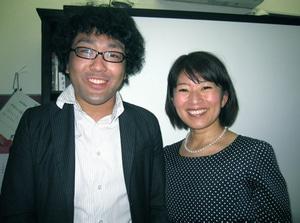 講師の岡谷佳代さん(右)と図書館運営マネジャーの成瀬麦彦さん