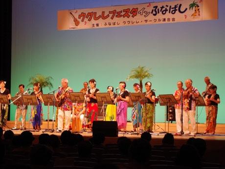 舞台映する鮮やかな衣装で演奏が行われた