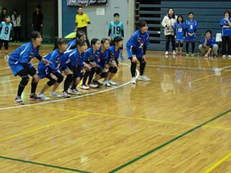横一列に並んだフォーメーションで試合に臨む子どもたち
