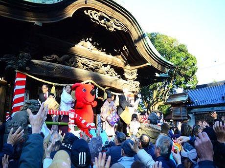 松戸徹船橋市長、チーバくんも宮司らと共に豆や菓子を来場者に向かって投げ入れた。