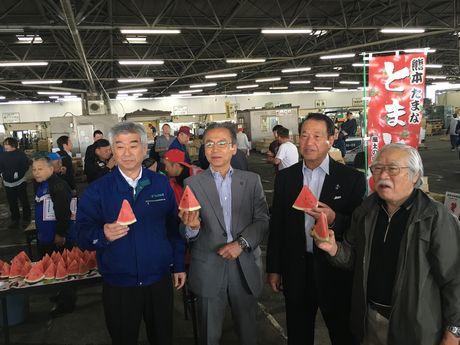 船橋市場で熊本農産品の試食会を行う関係者
