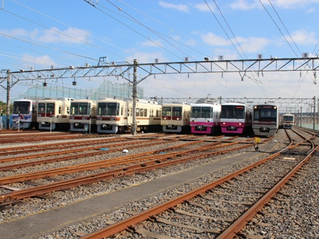 新京成の電車車両が並ぶ様子