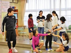 プロダンサーの紺野晃弘さんと児童たち