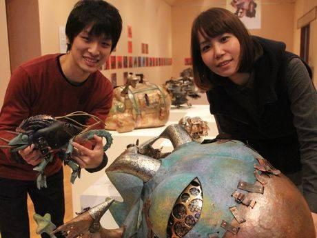 造形作家の古田航也さん(左)と藤田有紀さん (右)