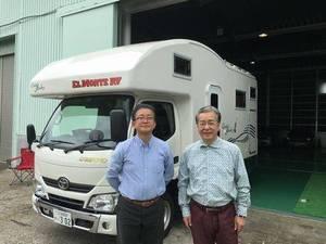 キャンピングカーの前に立つ武原さんと伊藤さん