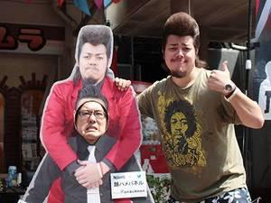 工藤わたるさん(右)パネルから顔を出す高村清太郎さん