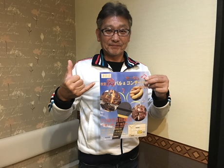 ポスターを手にする前原商店会・会長の渡邊勝利さん
