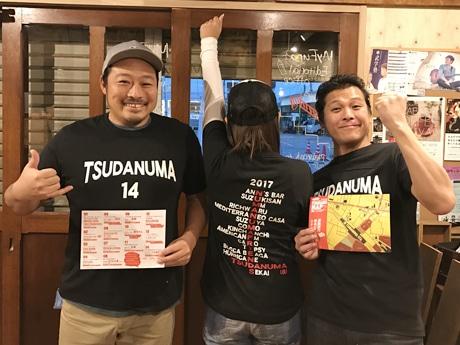 プレゼントとなっているTシャツを着た織戸淳司さん(左)と近藤博史さん(右)