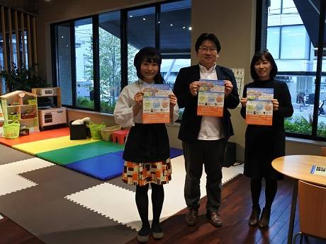 イベントポスターを手にする加藤孝子さん、江口義実さん、染谷芳子さん(右から)