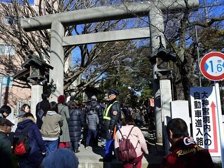船橋大神宮の初詣に長蛇の列 初神楽の舞や燈明台の公開も