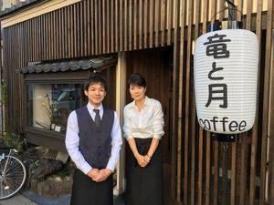 店舗入り口に立つ松尾成竜さんと母さよさん