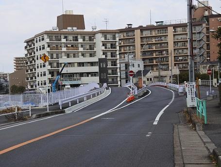 左から仮橋、上り線1970(昭和45)年竣工 、下り線1954(昭和29)年竣工