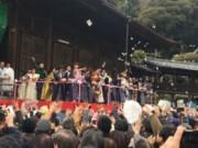 船橋・中山法華経寺で節分会 「福は内」の掛け声でタレントや歌手が豆まき