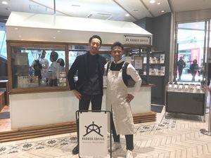 ラダーコーヒーの店舗前で、梶さん(右)と粕谷さん(左)