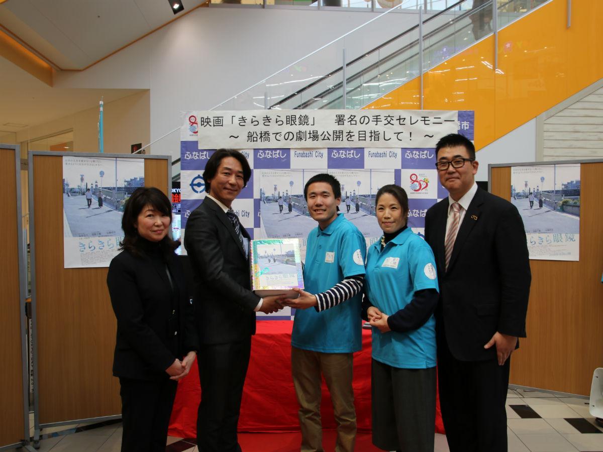記念撮影(左から西島悦子さん、馬場弘昭さん、実行委員会2人、大木武さん)