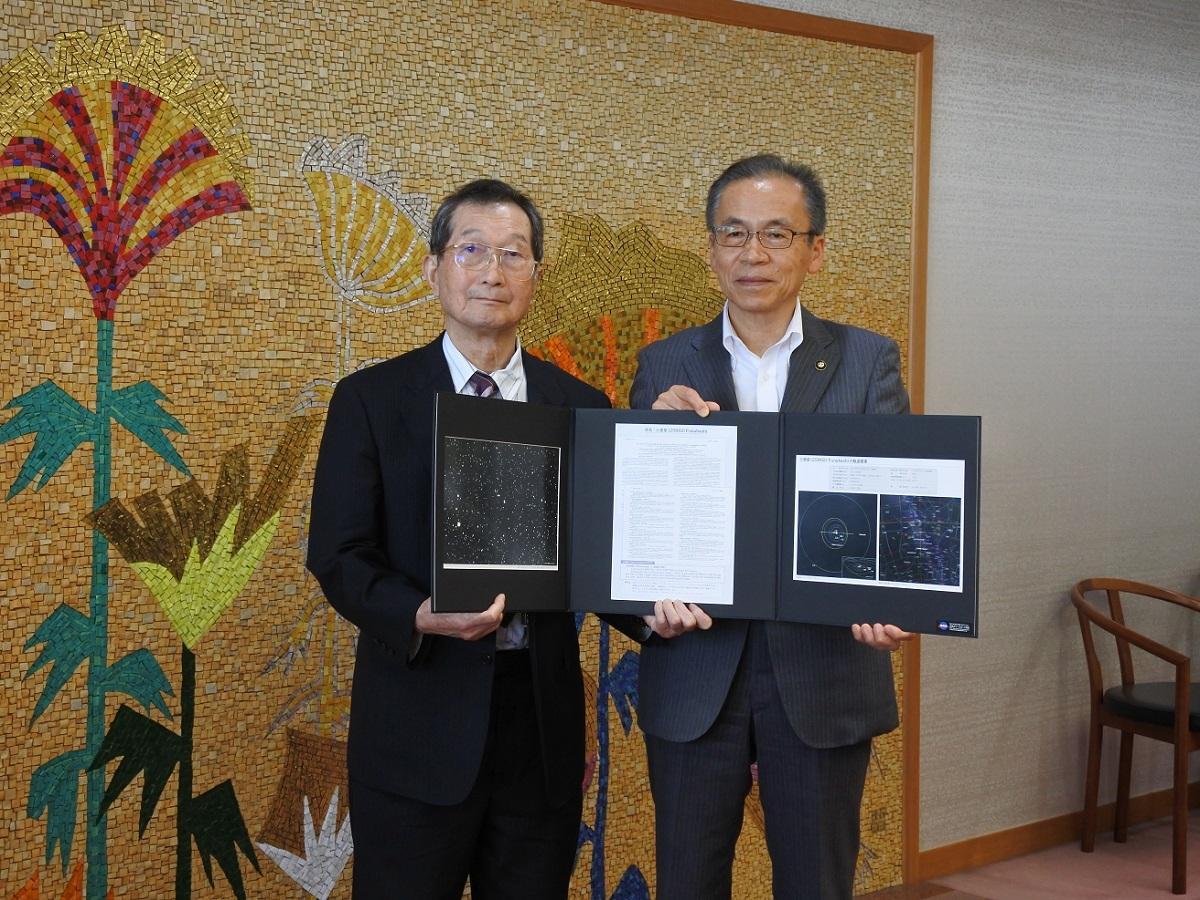 白井正明理事長(左)と松戸市長