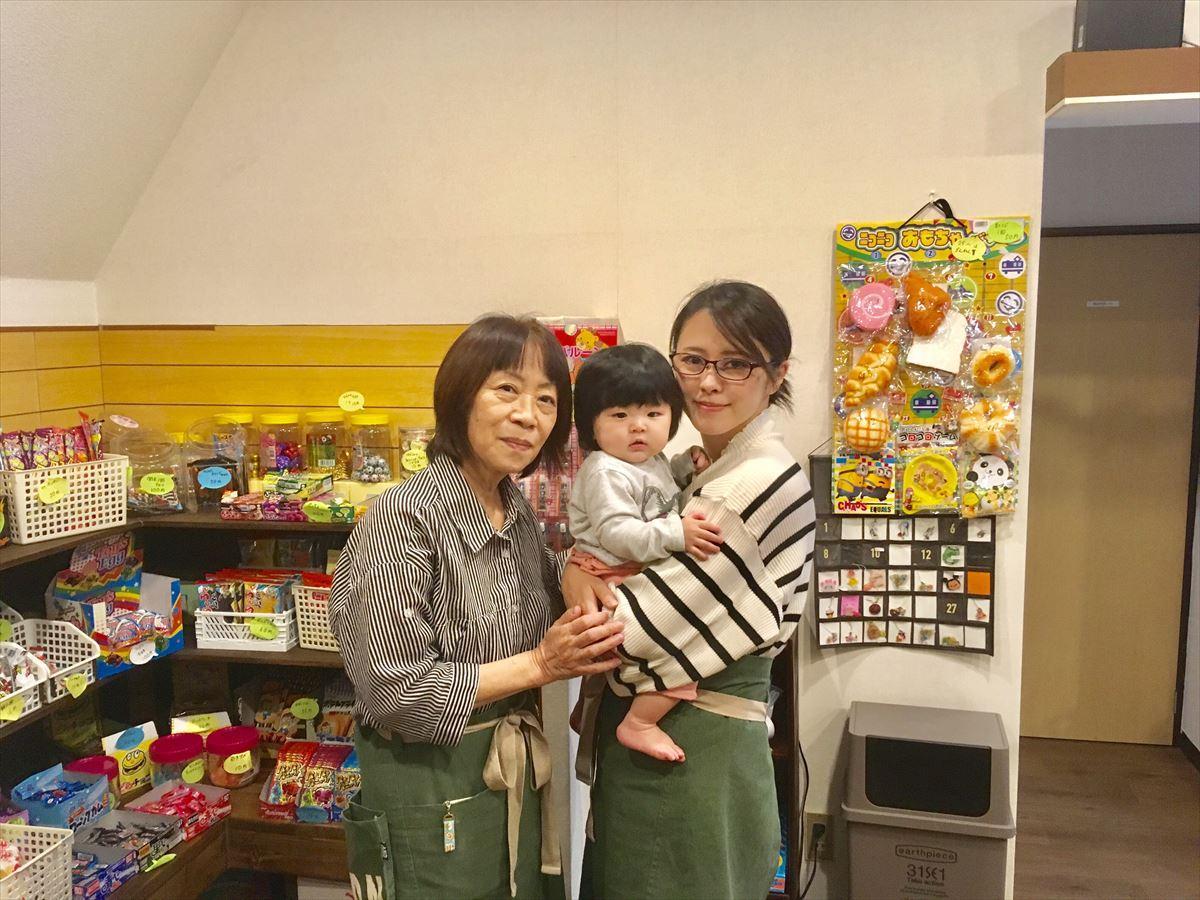 古澤絵美さん(左)と娘の美織さん(右)。中央は美織さんの娘