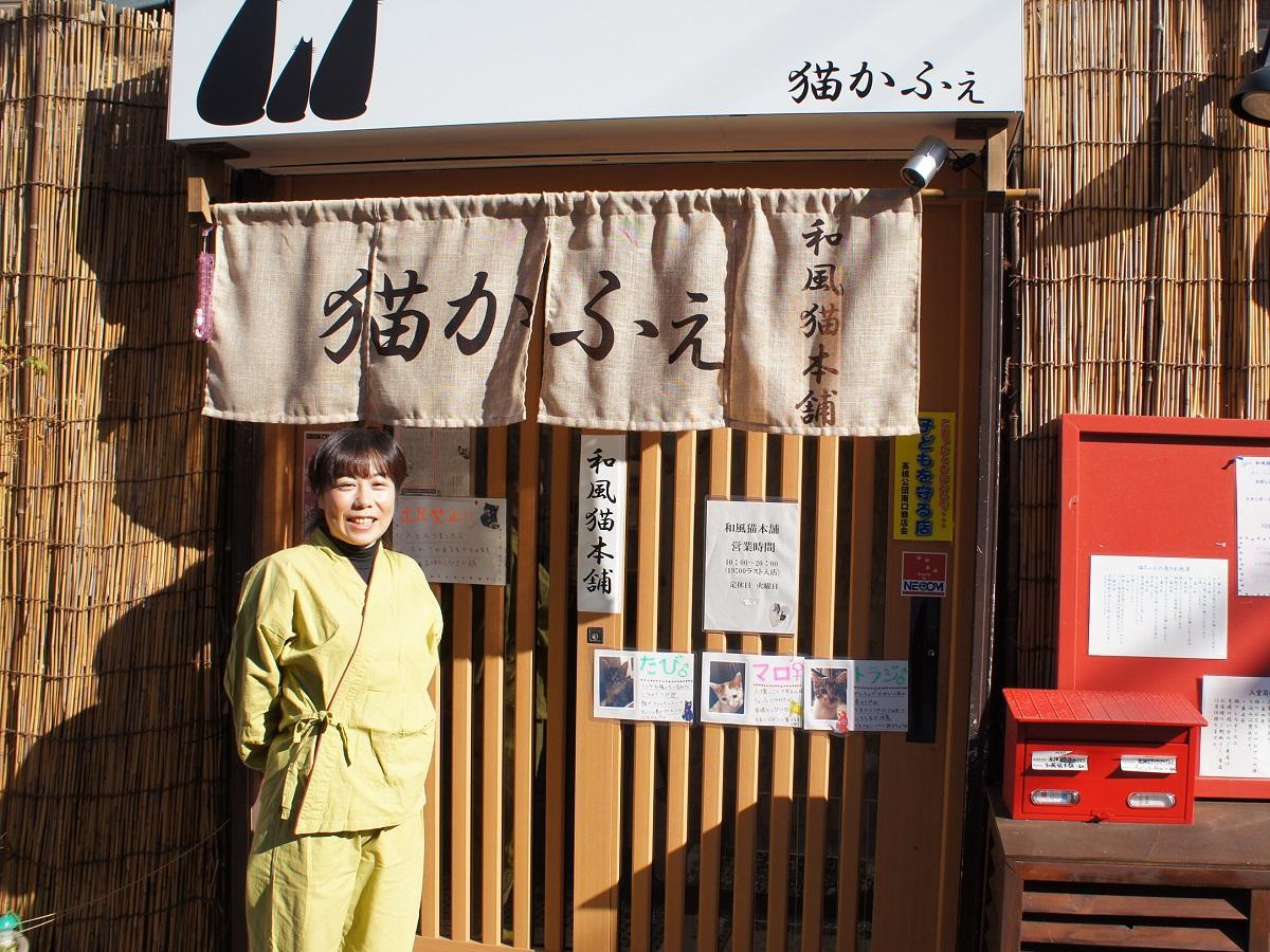 店の前に立つ金井さん
