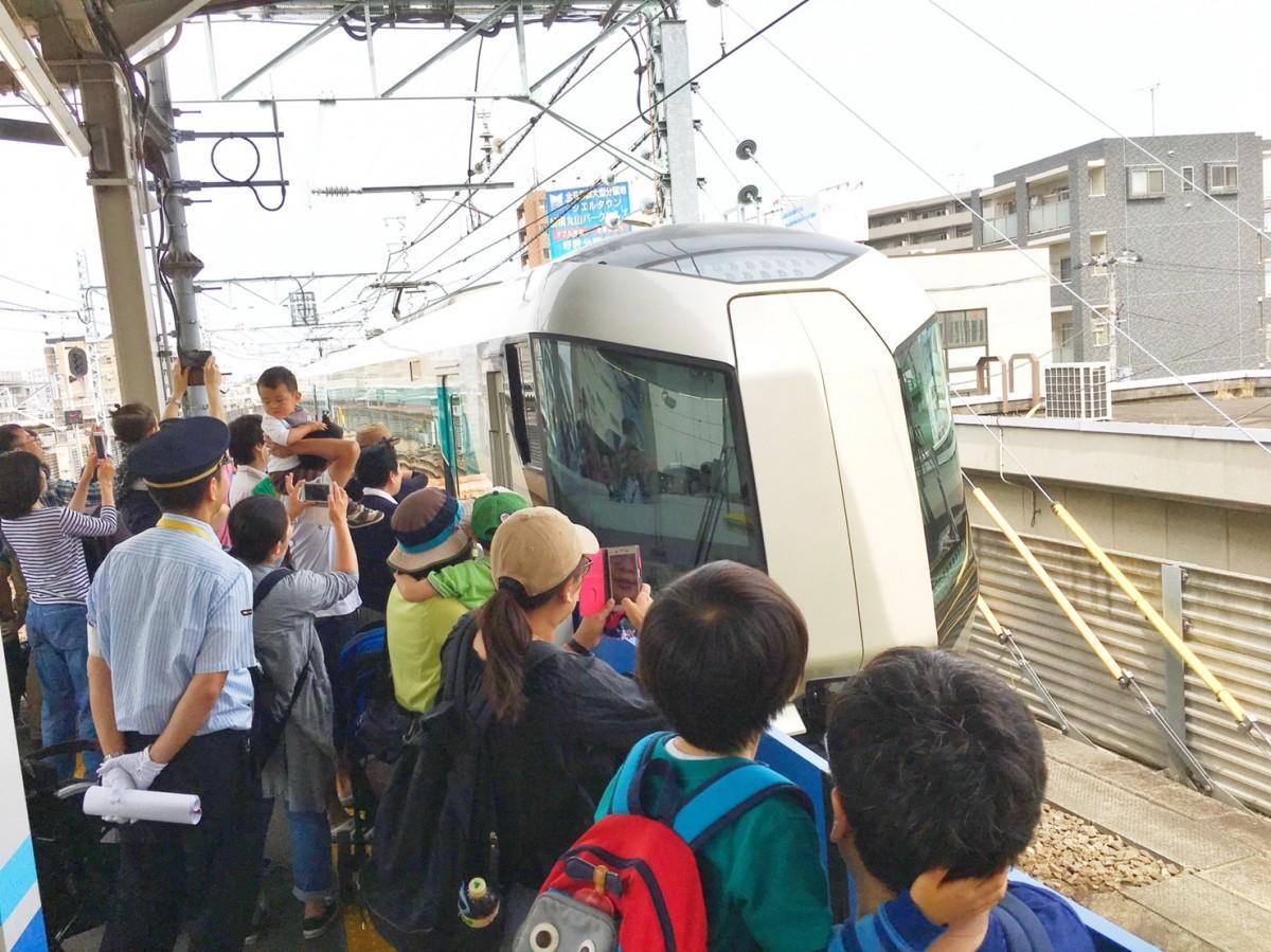 「500系リバティ」を見に、ホームに集まる鉄道ファン