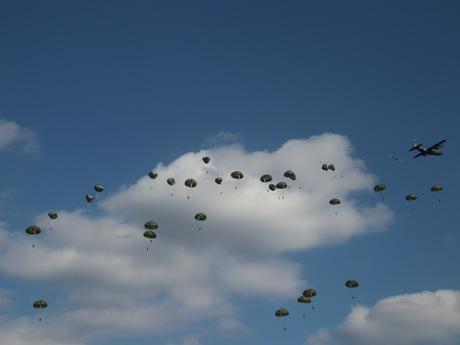 降下する落下傘の数々