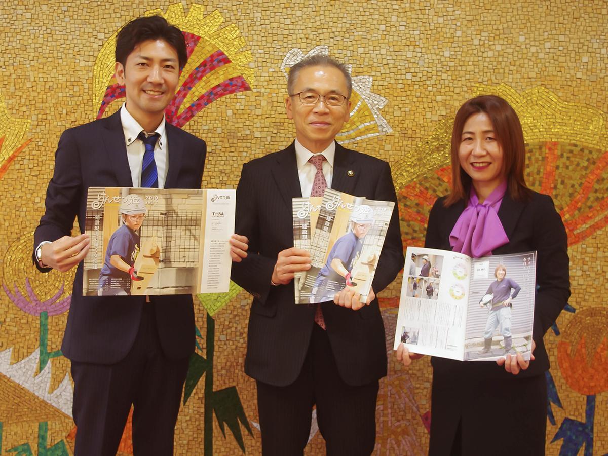 けんせつ姫編集長の柴田さん(右)と編集メンバーの佐竹さん(左)