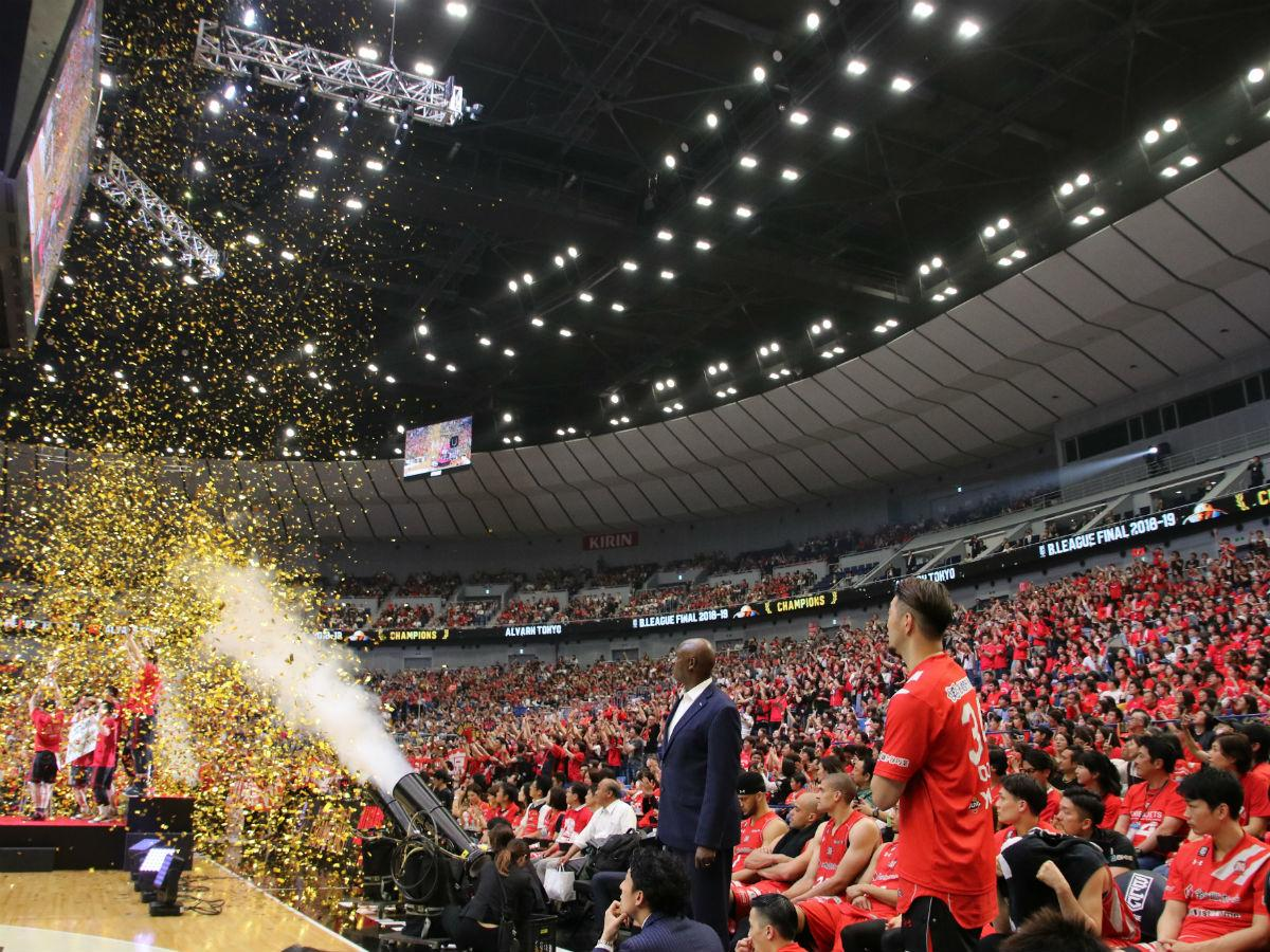 優勝を喜ぶA東京の選手たちを見つめる千葉ジェッツふなばしの選手たち