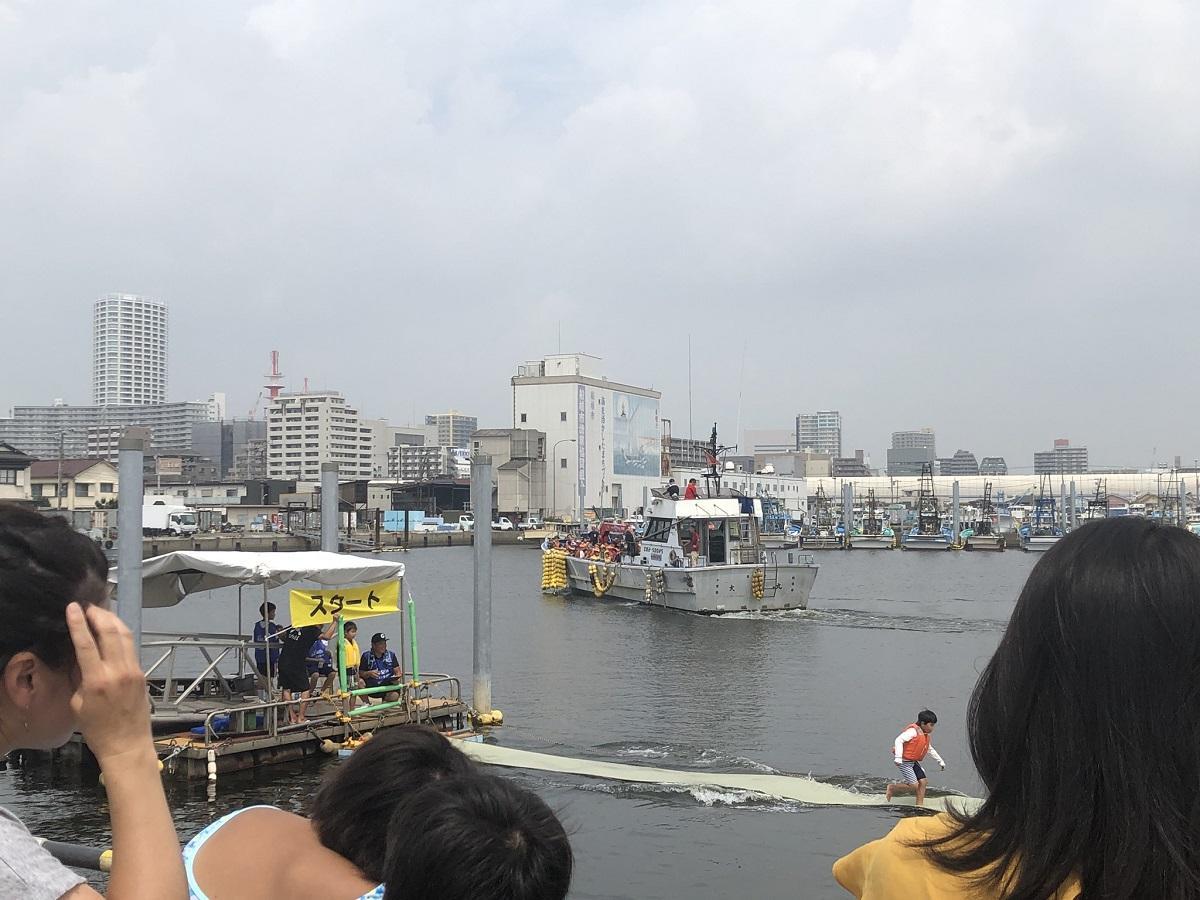 「GOZA-1」会場の奥に見えるのは漁船乗船体験の船