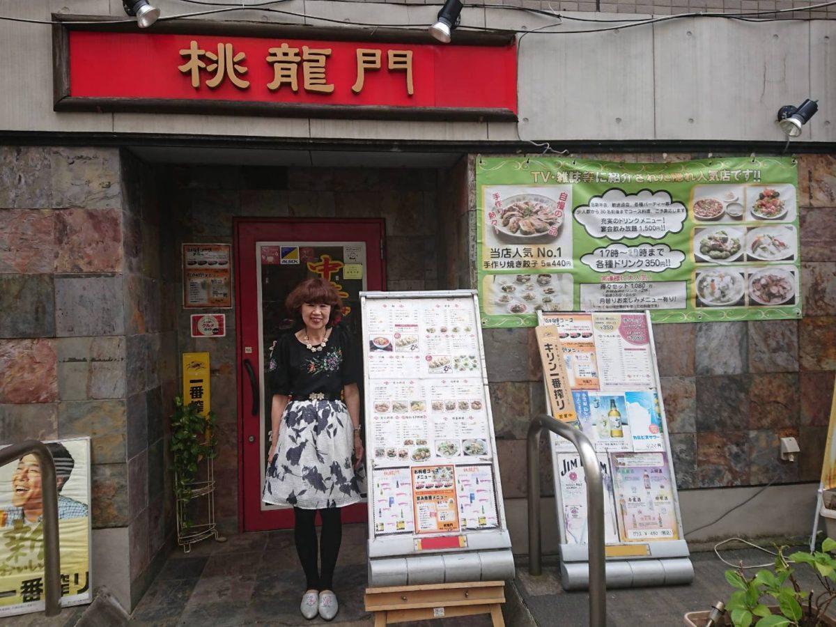 店舗前に立つ三浦美恵子さん