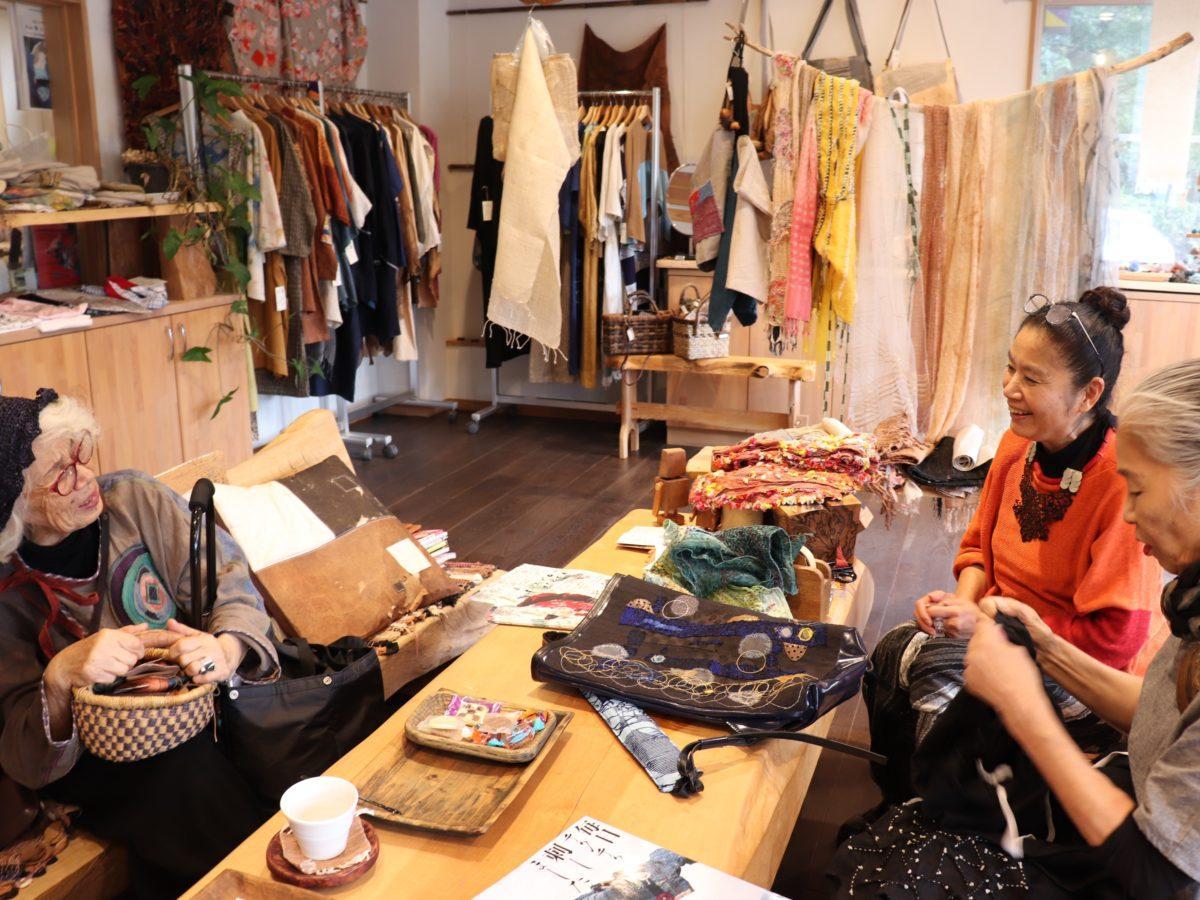 イベント打合せをするマヤツカモトさん(右奥)と大野さん(右手前)と来店していた刺しゅうアーティストの香月さん