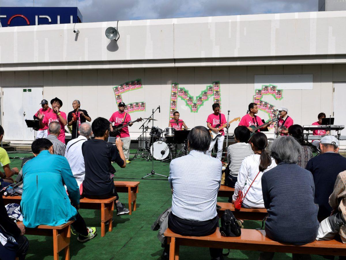 東武百貨店屋上でバンドが昭和のヒットソングを演奏した