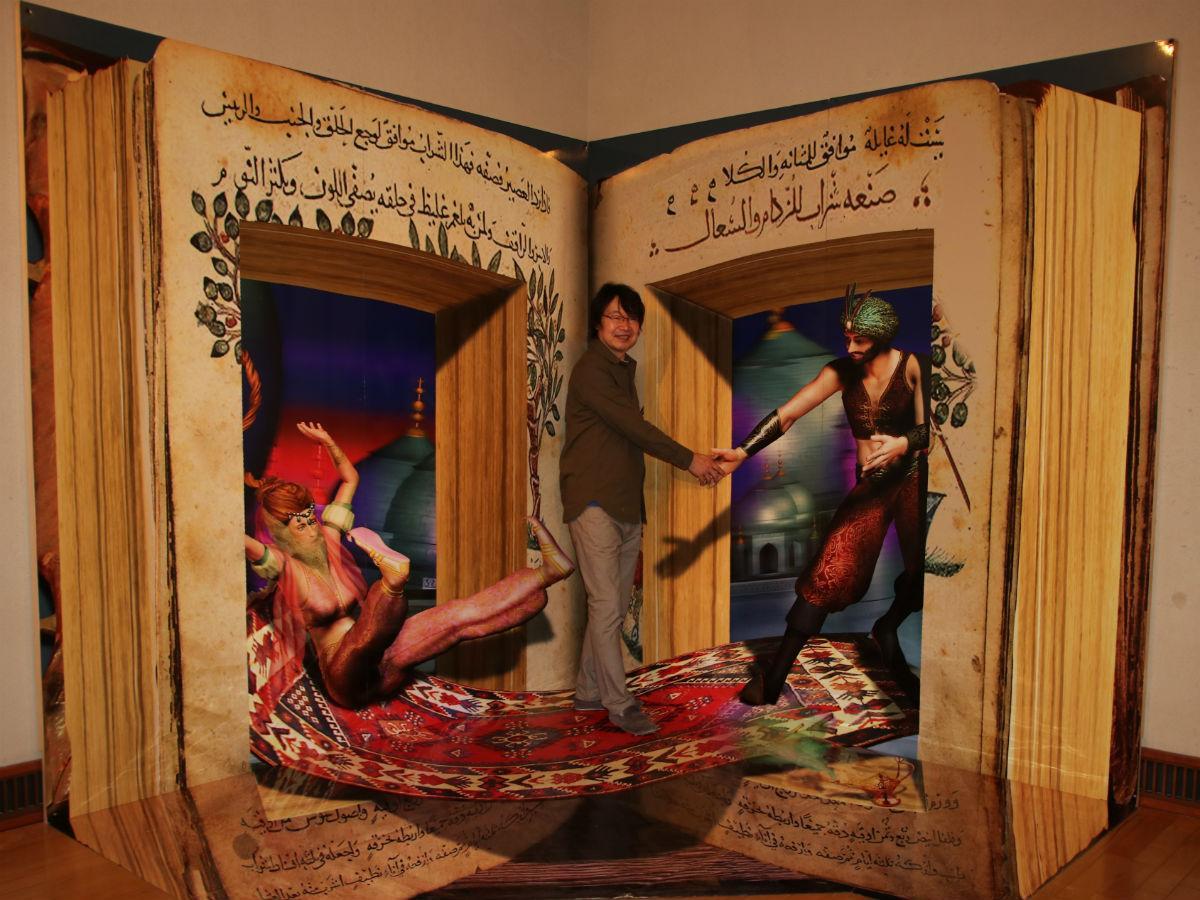 「アラビアの魔法の本」の中にいるのが作家服部正志さん