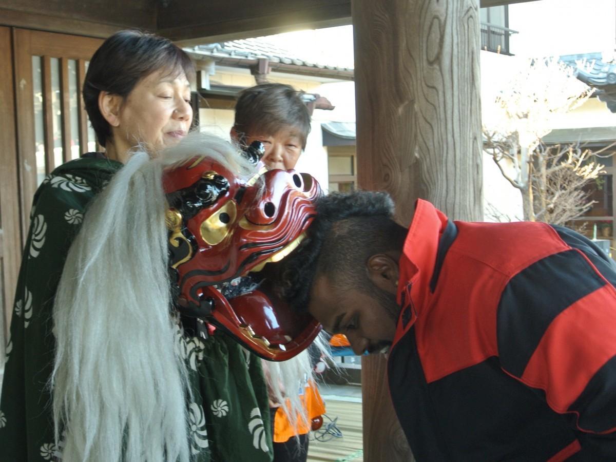 「獅子噛み」を受ける外国人参拝客