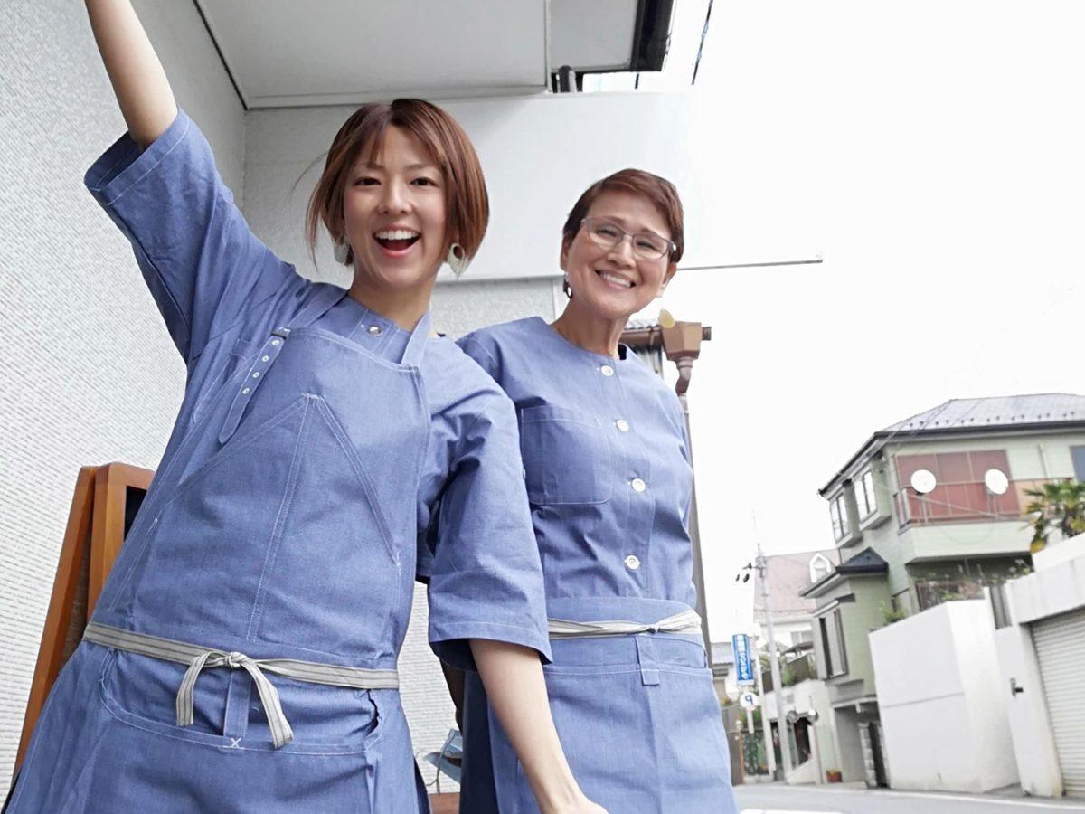 店主の井相田奈美子さん(左)。母親(右)と2人で切り盛りする