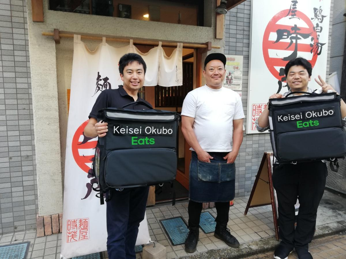 左からトレスカフェ伊川さん、「麺屋時茂」店主岡崎さん、トレスカフェ畑中さん