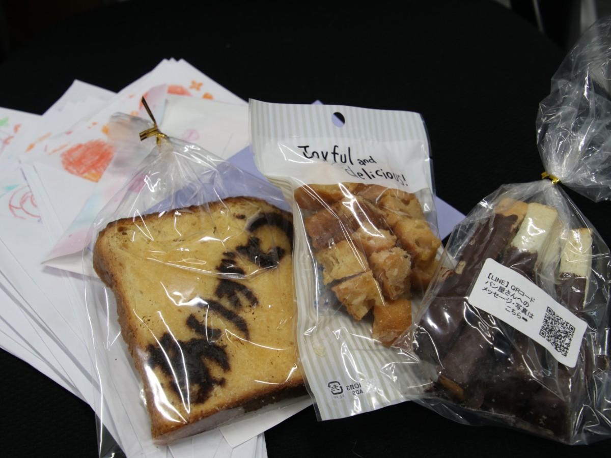 贈られた菓子とメッセージカード