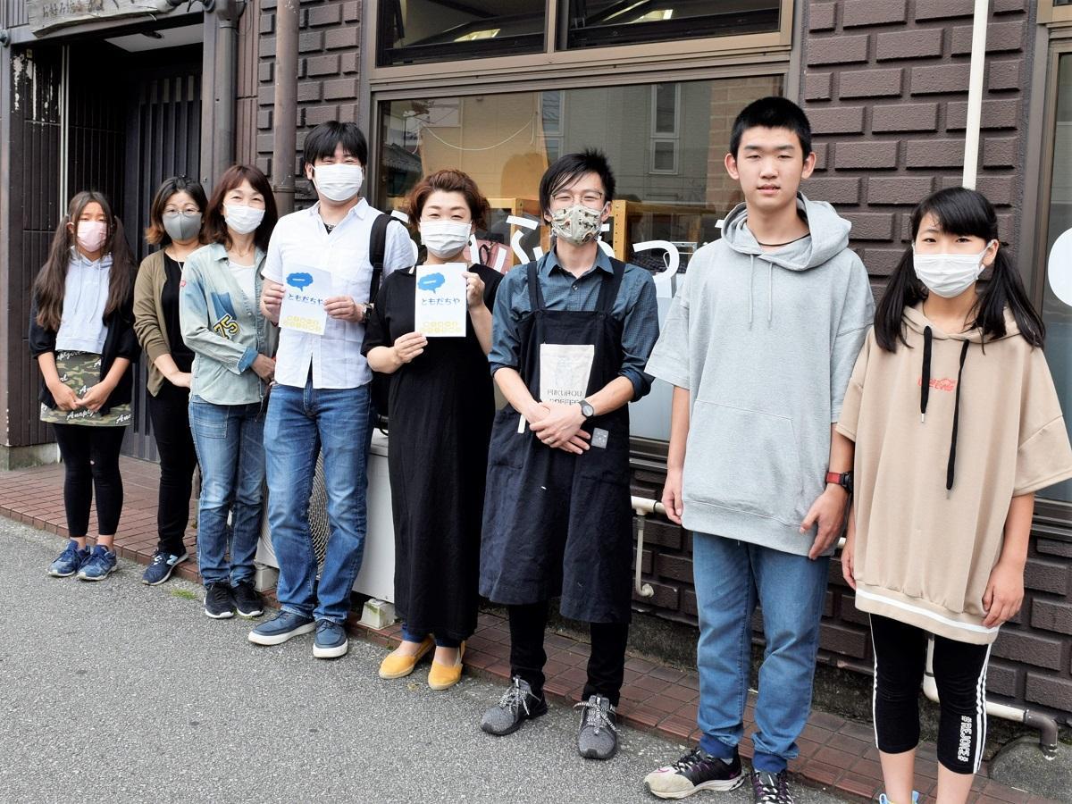 及川恵さん(右から4番目)