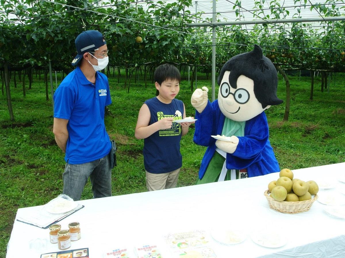 ナシもぎの後の試食会で。左から鈴果園園主・鈴木明道さん、藤巻空君、船えもん