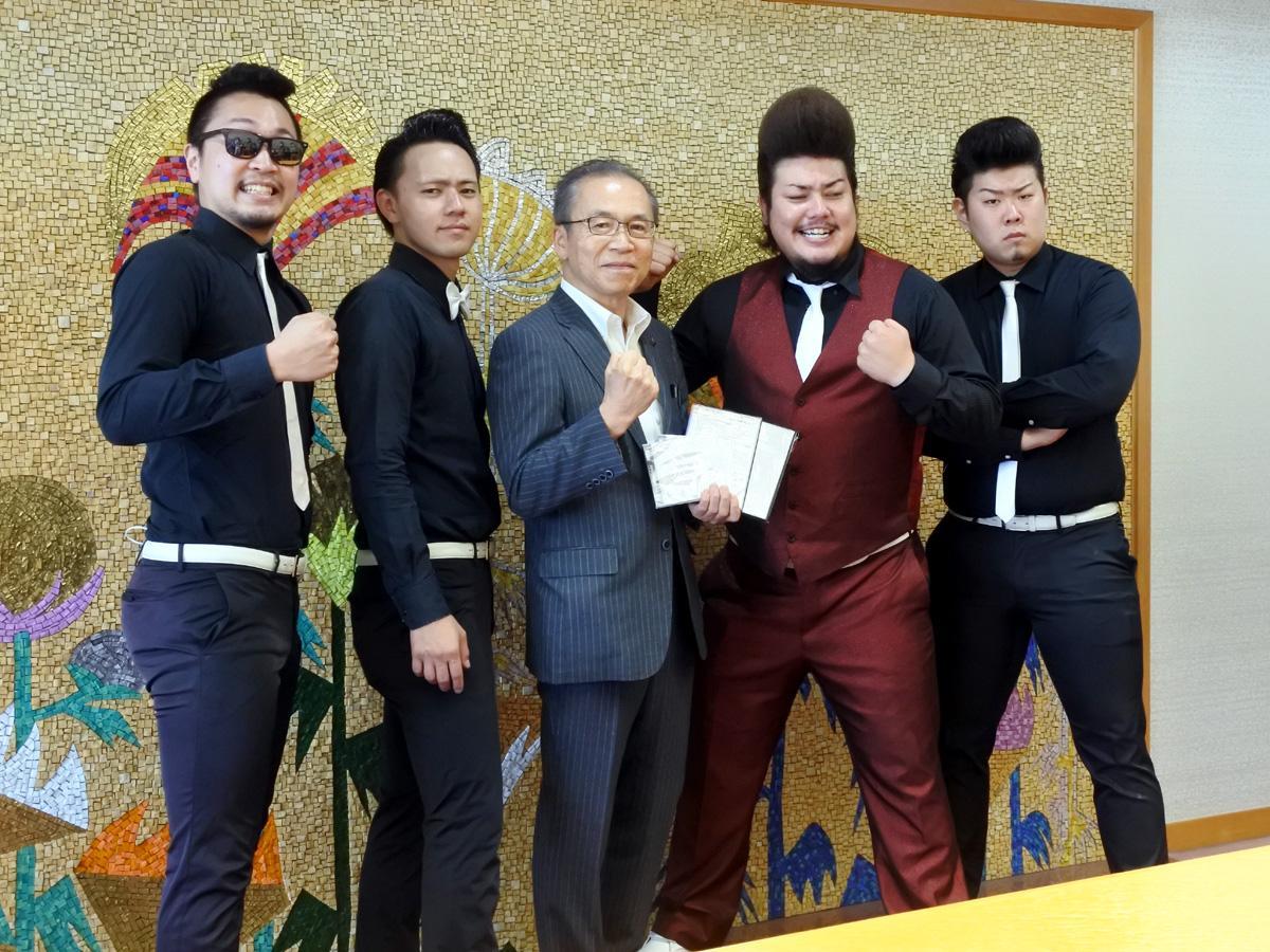 「ザ・ナゲッツ」のメンバーと松戸徹市長(中央)