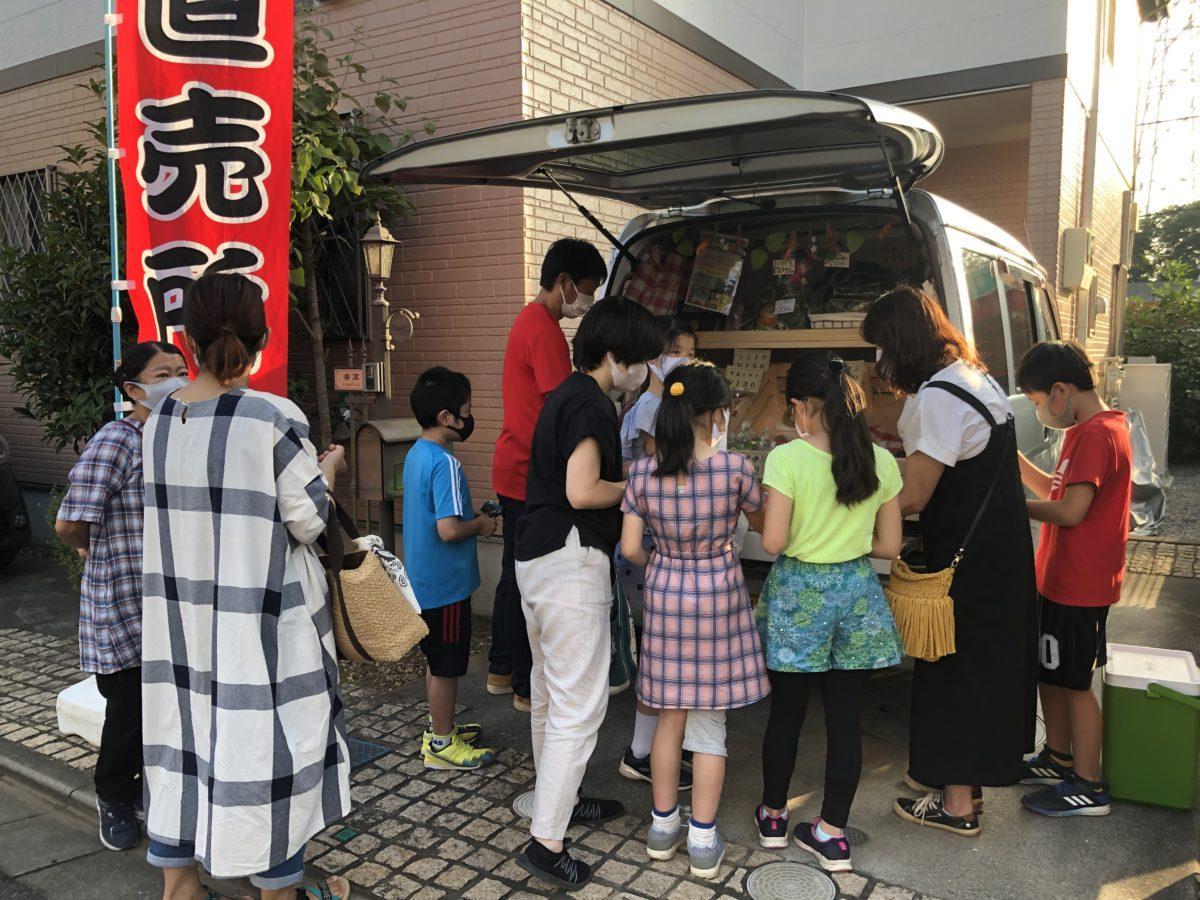 新興住宅地に登場した野菜直売所に人が集まる